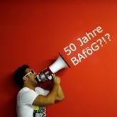 """Mann mit Megaphon vor roter Wand, """"50 Jahre BAföG?!?"""" als Text aus dem Megaphon kommend montiert"""
