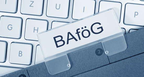 BAföG-Akte über Computer-Tastatur liegend