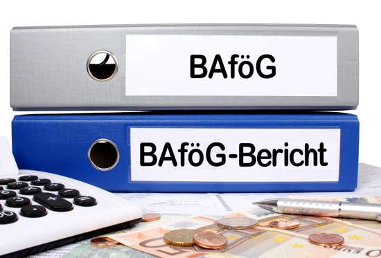 Zwei Aktenordner mit Aufschrift BAföG bzw. BAföG-Bericht liegen hinter Taschenrechner und Geldstücken