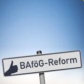 """Schild mit Aufschrift """"BAföG-Reform und Daumen hoch (wobei man über letzteres sicher streiten kann …)"""