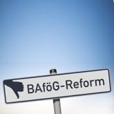 """Schild mit Aufschrift """"BAföG-Reform"""" und Daumen runter (Montage: im Original war der Daumen hoch)"""