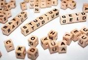 BAföG, Studium und Geld aus Holzwürfeln mit Buchstaben zusammengesetzt