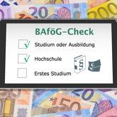 Smartphone auf Geldscheinen, Bildschirm zeigt (symbolisch) BAföG-Check