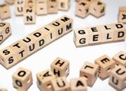 Scrabblesteine aus denen die Wörter