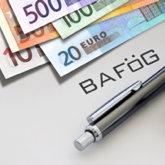 """Geld (680 Euro in großen Scheinen), Kugelschreiber, Brille, Schriftzug """"BAföG"""" dazwischen"""