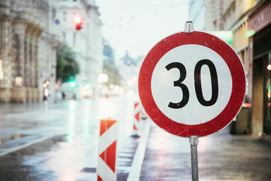 Verkehrsschild 30 in Stadt